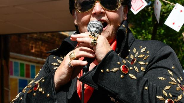 on-the-road-with-shelvis-australias-only-female-elvis-impersonator-1491506324 (1)